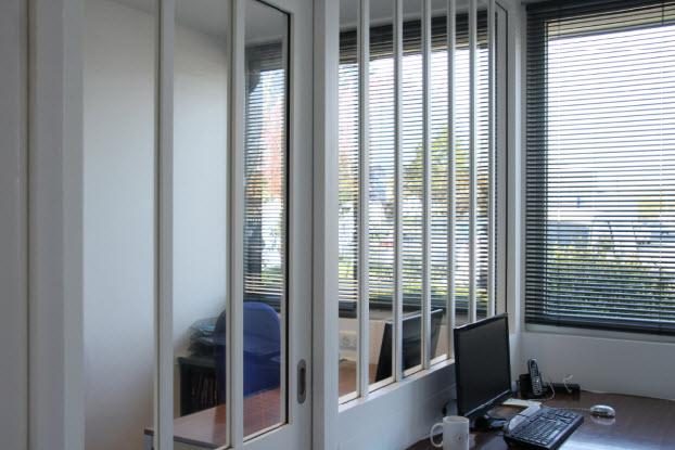 bureaux séparés par une verrière