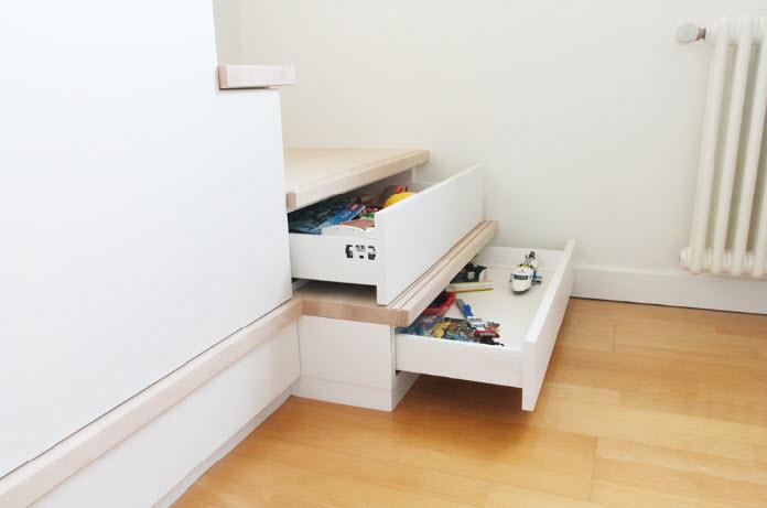 rangement intégré à un escalier